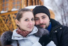 Ritratto di inverno di giovane coppia 25 anni Immagini Stock Libere da Diritti