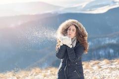 Ritratto di inverno di giovane donna immagini stock libere da diritti