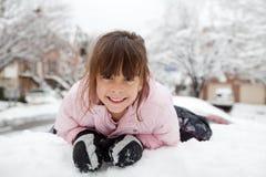 Ritratto di inverno di una bambina felice fotografia stock
