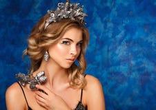 Ritratto di inverno di una ragazza con una corona dei coni sulle loro teste fotografia stock libera da diritti