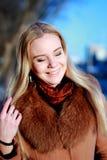 Ritratto di inverno Giovane, bella donna in vestito da inverno, e vicina Fotografia Stock Libera da Diritti