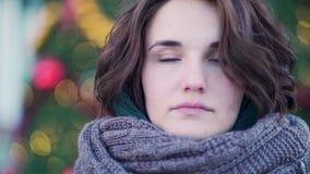 Ritratto di inverno di giovane bella ragazza sulle vie di una città europea Primo piano di bella giovane donna con stock footage