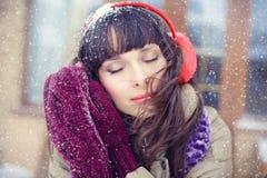 Ritratto di inverno di giovane donna Bellezza Girl di modello gioioso immagine stock