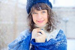 Ritratto di inverno di giovane donna Bellezza Girl di modello gioioso che tocca la sua pelle del fronte e che ride, divertendosi  fotografia stock