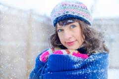 Ritratto di inverno di giovane donna Bellezza Girl di modello gioioso che tocca la sua pelle del fronte e che ride, divertendosi  fotografia stock libera da diritti