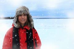 Ritratto di inverno di una donna che porta un cappello simile a pelliccia di aviazione e un rivestimento rosso immagini stock