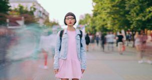 Ritratto di lasso di tempo del turista della giovane signora con la condizione dello zaino in via della città stock footage
