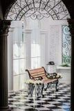 Ritratto di legno della sedia nella sala fotografia stock