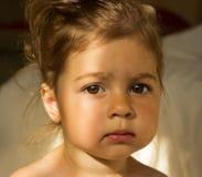 Ritratto di mattina del primo piano del bambino triste sveglio con i grandi occhi Fotografia Stock