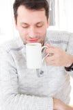 Ritratto di mattina del tipo bello che odora e che tiene la tazza di caffè fotografia stock