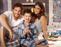 Ritratto di mattina di giovane famiglia felice Fotografie Stock Libere da Diritti