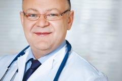 Ritratto di medico con lo stetoscopio che esamina la macchina fotografica immagine stock libera da diritti