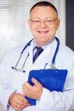Ritratto di medico con lo stetoscopio che esamina la macchina fotografica fotografia stock libera da diritti