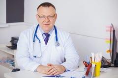 Ritratto di medico con lo stetoscopio che esamina la macchina fotografica immagini stock libere da diritti