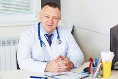 Ritratto di medico con lo stetoscopio che esamina la macchina fotografica fotografia stock