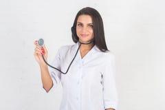 Ritratto di medico della donna al corridoio dell'ospedale, tenendo il computer della compressa, guardando macchina fotografica, s Immagine Stock