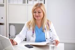 Ritratto di medico della giovane donna in camice a Fotografia Stock