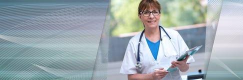 Ritratto di medico femminile che tiene una lavagna per appunti Bandiera panoramica immagine stock libera da diritti