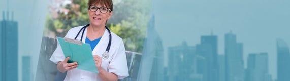 Ritratto di medico femminile che tiene una lavagna per appunti Bandiera panoramica fotografia stock libera da diritti