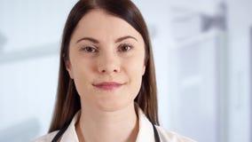 Ritratto di medico femminile professionista che sta nella stanza di ospedale Medico della donna sul lavoro stock footage