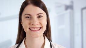 Ritratto di medico femminile professionista sorridente che sta nella stanza di ospedale Medico della donna sul lavoro stock footage
