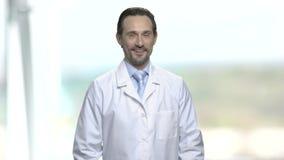 Ritratto di medico o dello scienziato caucasico video d archivio