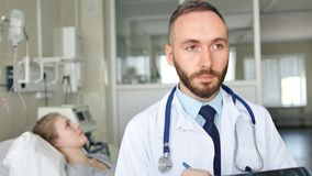Ritratto di medico sicuro con il paziente su fondo archivi video