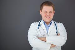 Ritratto di medico sicuro su fondo grigio Fotografia Stock Libera da Diritti