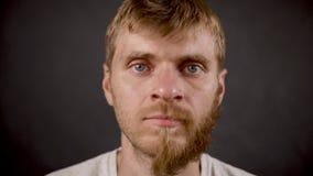 Ritratto di mezzo uomo barbuto nello studio isolato scuro video d archivio