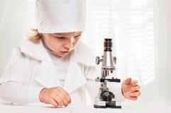 Ritratto di Microscope Boy del ricercatore Fotografia Stock Libera da Diritti