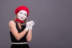 Ritratto di mimo femminile con il cappello rosso ed il bianco Fotografie Stock Libere da Diritti