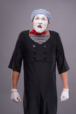 Ritratto di mimo maschio divertente con il cappello grigio e Fotografie Stock