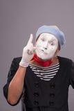Ritratto di mimo maschio divertente con il cappello grigio e Fotografie Stock Libere da Diritti