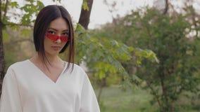 Ritratto di modello asiatico di modo con l'aria aperta alla moda creativa di trucco video d archivio