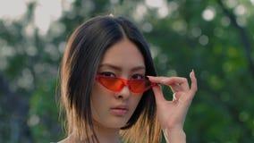 Ritratto di modello asiatico di modo con l'aria aperta alla moda creativa di trucco archivi video