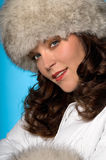 Ritratto di modo da portare di inverno della bella donna Fotografie Stock Libere da Diritti