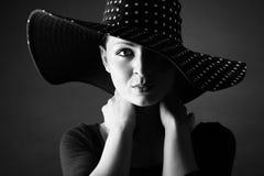 Ritratto di modo del cappello della donna elegante in bianco e nero Fotografia Stock
