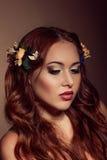 Ritratto di modo della donna dai capelli rossi Elementi floreali Fotografia Stock