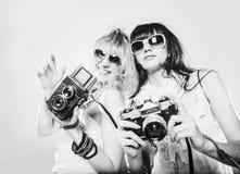 Ritratto di modo della primavera degli occhiali da sole d'uso di una bella giovane donna Fotografia Stock