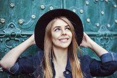 Ritratto di modo della via di bella giovane signora che sorride e che cerca Cappello a tesa larga alla moda d'uso di modello citt fotografia stock libera da diritti