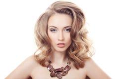 Ritratto di modo di bella donna di lusso con gioielli isolati Fotografia Stock