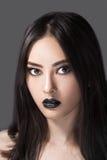 Ritratto di modo di bellezza della donna con le labbra nere in studio Modello coasian asiatico Fotografie Stock Libere da Diritti