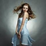 Ritratto di modo di giovane donna di dancing Fotografia Stock Libera da Diritti