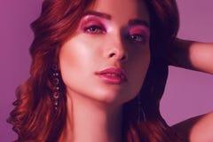 Ritratto di modo di giovane ragazza elegante in gioielli Fondo colorato, colpo dello studio Bella donna del Brunette Ragazza che  immagine stock libera da diritti