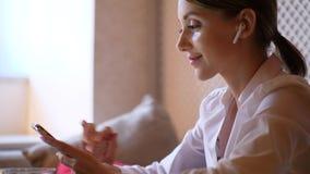 Ritratto di musica d'ascolto della giovane donna nei airpods stock footage