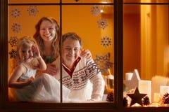 Ritratto di Natale di una famiglia di tre felice a casa Fotografia Stock Libera da Diritti