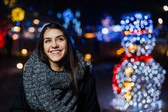 Ritratto di notte di bella donna castana che sorride godendo dell'inverno Gioia di inverno Emozioni positive felicità fotografia stock