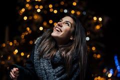 Ritratto di notte di bella donna castana che sorride godendo dell'inverno in parco Gioia di inverno Vacanze invernali Emozioni po fotografie stock libere da diritti