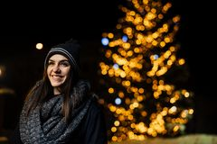 Ritratto di notte di bella donna castana che sorride godendo dell'inverno in parco Gioia di inverno Vacanze invernali Emozioni po fotografia stock libera da diritti