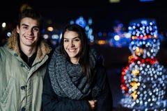Ritratto di notte di una coppia felice che sorride godendo dei aoutdoors della neve e di inverno Gioia di inverno Emozioni positi immagini stock libere da diritti